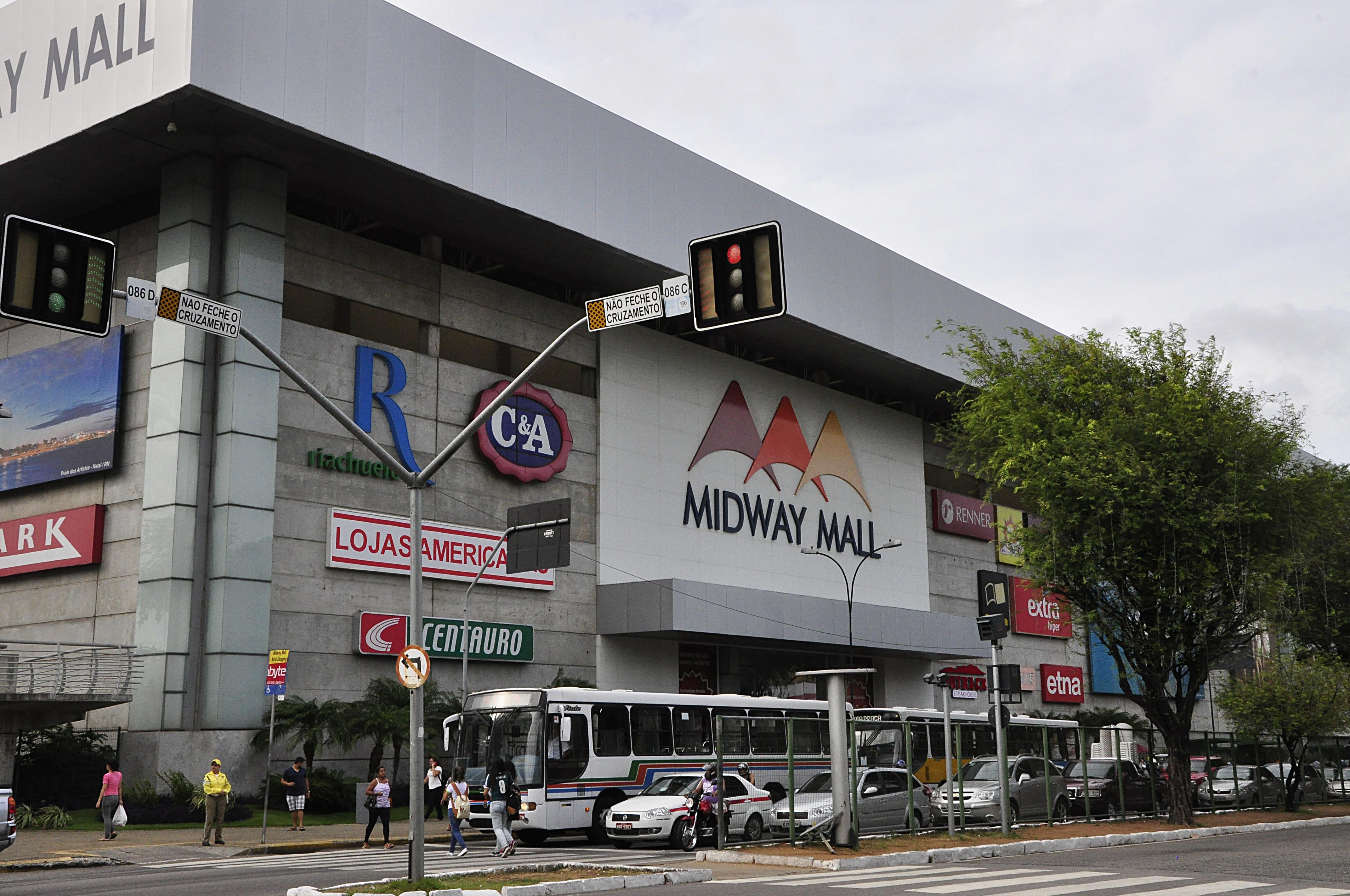 Conversando durante roubo na calçada do shopping