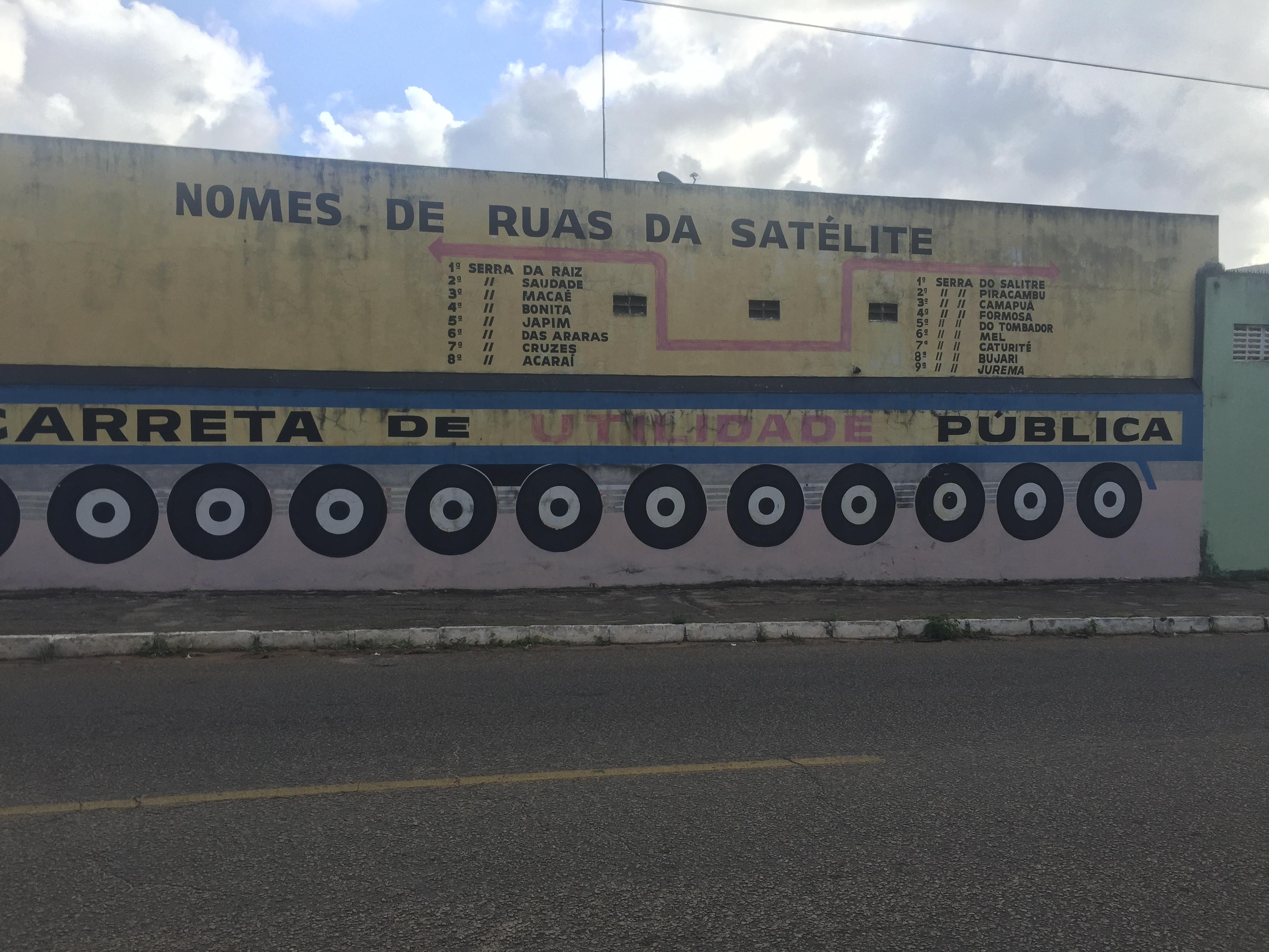 Aposentado usa parede para consultar ruas de Satélite