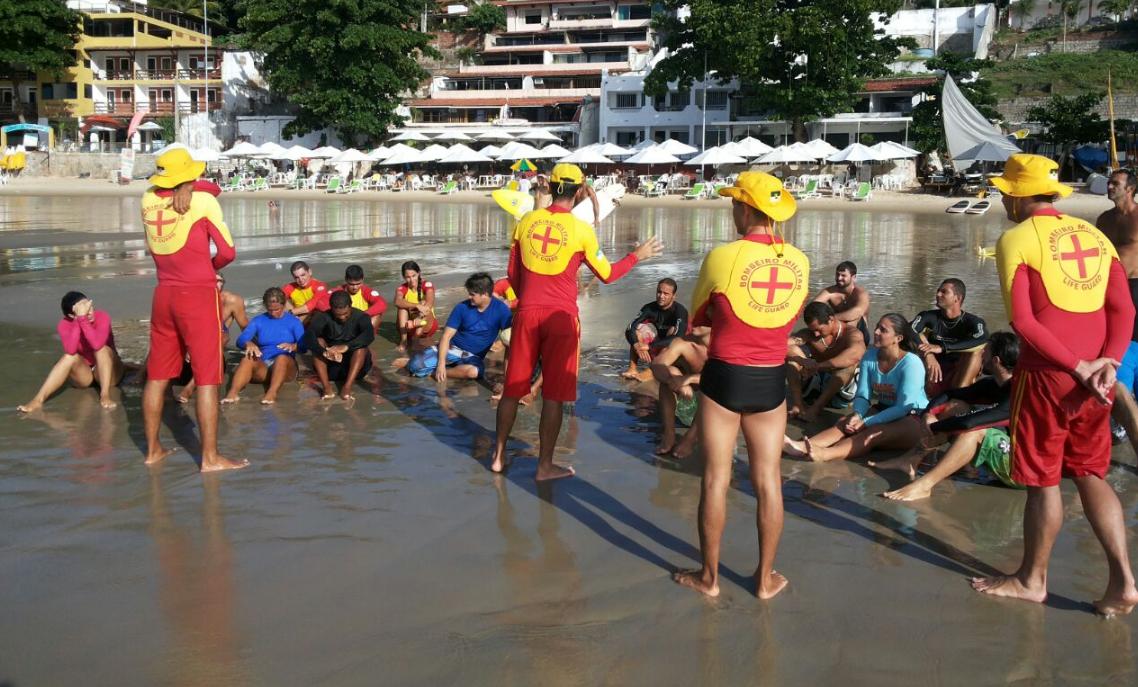 Bombeiros ensinam surfistas a ajudar banhistas que estejam afogando