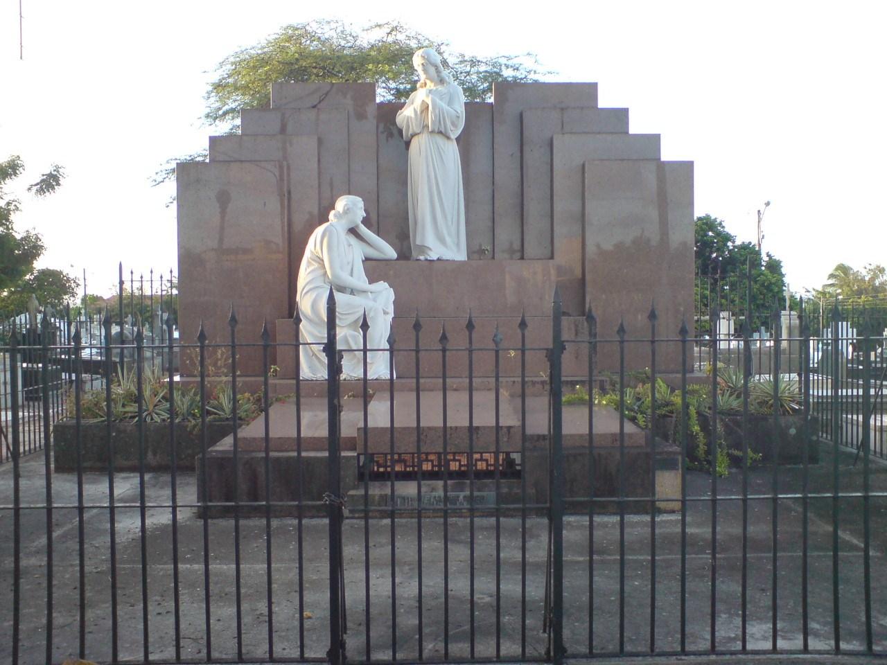 Quem foi o primeiro sepultado no Cemitério do Alecrim?