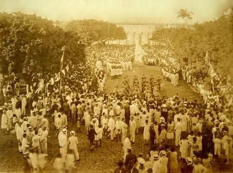 Uma foto da inauguração do monumento da Praça Sete de Setembro