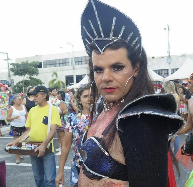 Então, pessoas começaram a desfilar vestindo roupas de mulher e iria selecionar a Kenga do Carnaval